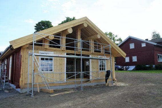 Gårdsutsalget: I dette nybygde huset i stavlaft åpner Louise Gjør i slutten av juli gårdsutsalg. Prosjektet har en kostnadsramme på 2,5 millioner kroner. - Hvis ikke vi får det til, kan jeg ikke skjønne hvem andre som skal få det til, ler Louise Gjør.
